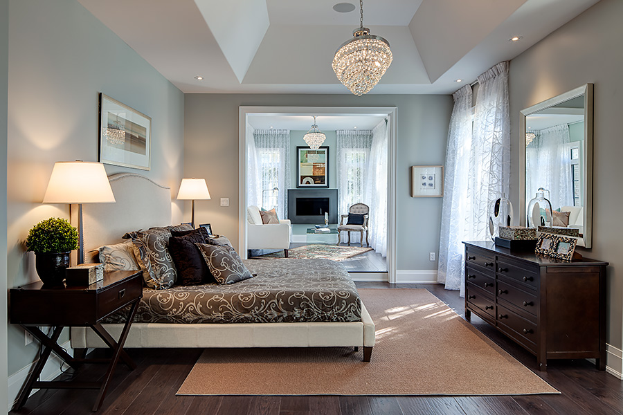 bedroom-chandelier-brown-hardwood-flooring